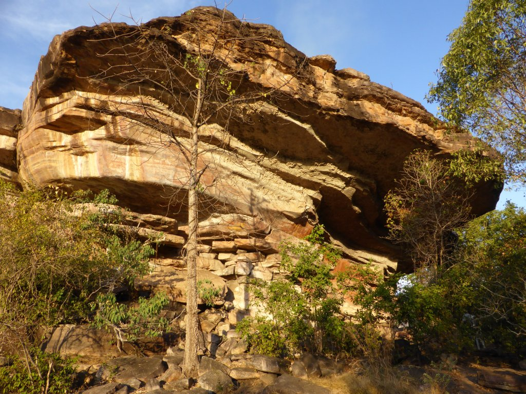 This is larger and more impressive than it appears in this photo. On the right side there is a large overhang, and there is a lot of aboriginal art on the rock under this overhand.